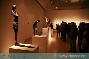 """他的雕塑游刃于二维空间与三维空间的视觉错觉中,将""""影子""""转换为雕塑"""