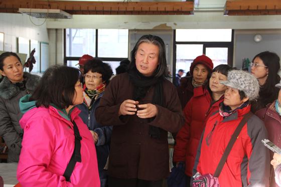 中国美术馆12月27日讯 2014年12月21日下午,继上月成功举办北京大学赛克勒博物馆之旅后,中国美术馆新老志愿者在我馆公共教育部组织下再次开启旅程,举行主题为中央美术学院工作室之旅的志愿者专业素质与技能培训活动。   我馆公共教育部今年志愿者专业培训着重创新理念和形式,带领志愿者们走出去,开阔视野,丰富体验。我馆志愿者队伍此次中央美术学院工作室之旅,也是今年中国美术馆和中央美术学院启动共建教学科研实践基地后又一次重要的交流活动。此次活动得到中央美术学院领导和相关部门的大力支持,中央美