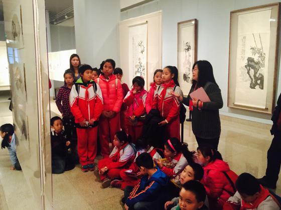 """中国美术馆志愿者教员林伟虹老师为学生们讲述""""朽者不朽""""的陈师曾作品"""