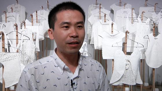 王雷/这次展览中,我的参展作品是由卫生纸、废报纸两种材料编织而成...